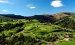 Paisaje_de_prados_de_siega_en_Cantabria_(España)._Monte_(Riotuerto),_Barrio_de_Idiopuerta